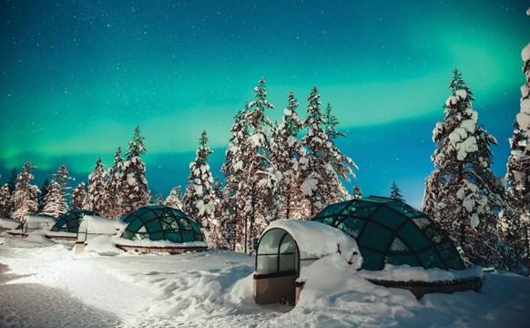snow_CREDValtteri-Hirvonen_Kakslauttanen-glass-igloo-Northern-Lights-2-1.jpg